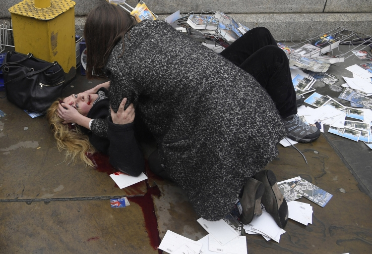 World Press Photo Amerikaanse toerist na aanslag op Westminster Bridge in Londen - © Toby Melville, Reuters